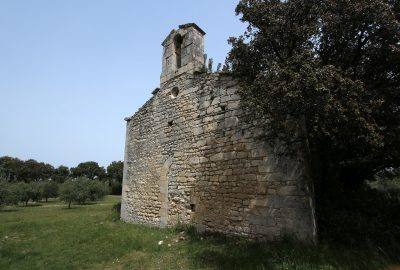 Chapelle de Romanin et son clocher-mur. Photo © André M. Winter