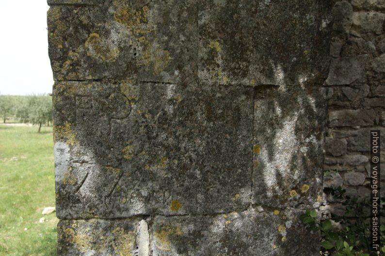 Gravures dans une pierre d'angle de la chapelle de Romanin. Photo © André M. Winter