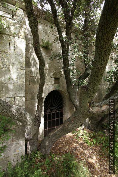 Porte sud grillagée de la chapelle de Romanin. Photo © André M. Winter