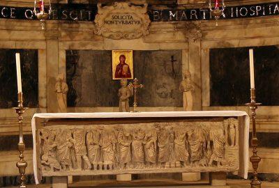 Autel pré-roman de la crypte de l'église Sainte-Marthe de Tarascon. Photo © André M. Winter
