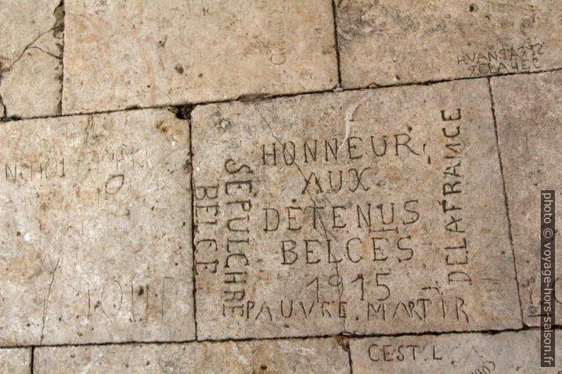Graffitis gravés par des prisonniers du Château de Tarascon. Photo © André M. Winter