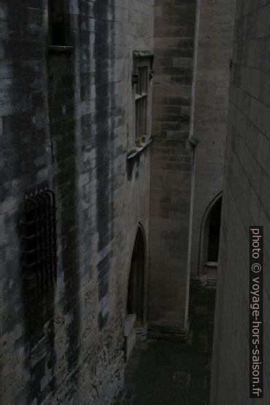 Cour d'honneur sombre du Château de Tarascon. Photo © Alex Medwedeff