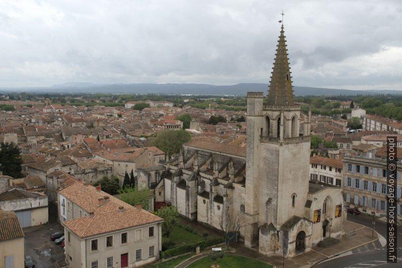 Église Sainte-Marthe de Tarascon vue du toit du château. Photo © Alex Medwedeff