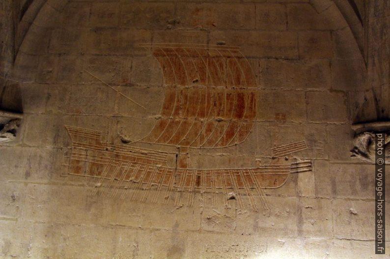 Galère de combat en graffiti gravé par des prisonniers du Château de Tarascon. Photo © André M. Winter