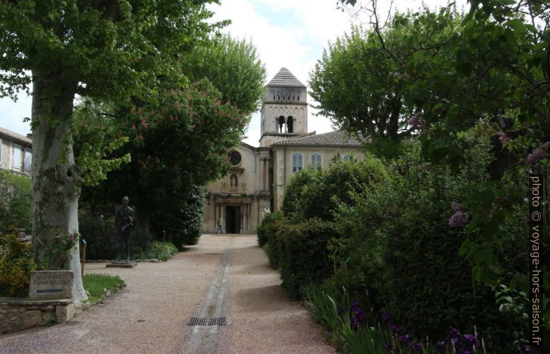 Allée de l'ancien prieuré de St. Paul de Mausole. Photo © André M. Winter