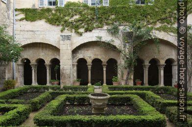 Arcades du cloître de St. Paul de Mausole. Photo © André M. Winter