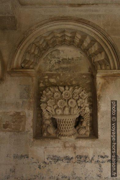 Sculpture d'un bouquet de fleurs dans le cloître de St. Paul de Mausole. Photo © André M. Winter
