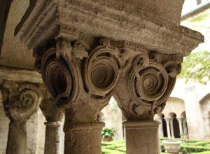 Chapiteaux en branches de vin dans le cloître de St. Paul de Mausole. Photo © André M. Winter