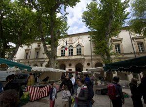 Le marché Saint-Rémy sur la place de la mairie. Photo © André M. Winter