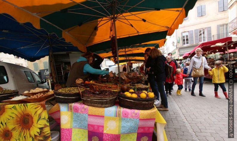Stand d'olives sur le marché de Saint-Rémy. Photo © André M. Winter