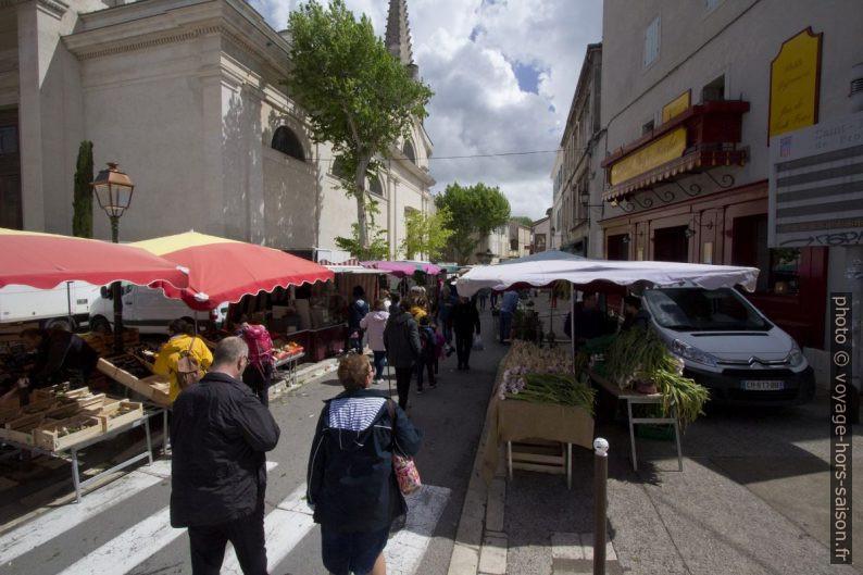 Le marché installé dans l'Avenue de la Résistance. Photo © André M. Winter