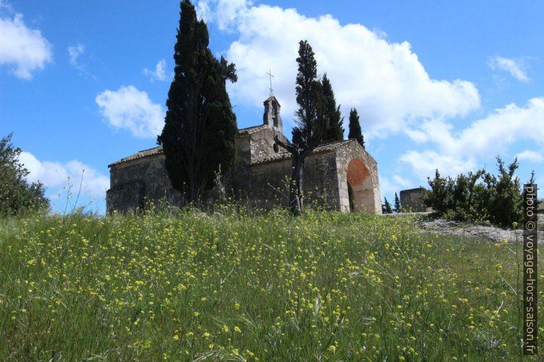 Chapelle Saint Sixte et les fleurs printanières. Photo © André M. Winter