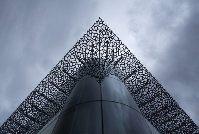 Vue sous l'avant-toit du J4 et son reflet dans le coin arrondi au nord. Photo © André M. Winter
