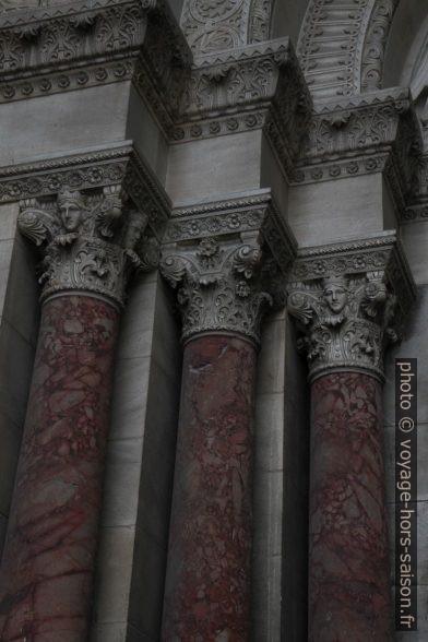Piliers encadrant le portail principal de la Cathédrale La Major. Photo © Alex Medwedeff