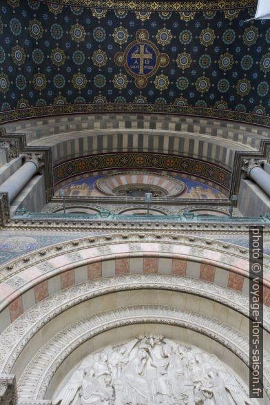Voûte et décor au-dessus du portail principal de la Cathédrale La Major. Photo © Alex Medwedeff