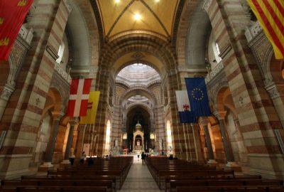 Drapeau européen et drapeaux de régions européennes dans la Cathédrale La Major. Photo © André M. Winter