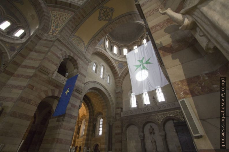Drapeaux régionaux dans le transept de la Cathédrale la Major. Photo © André M. Winter