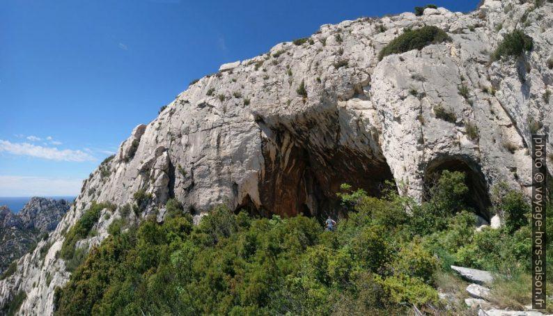 La Grotte de l'Os sous la paroi rocheuse. Photo © André M. Winter