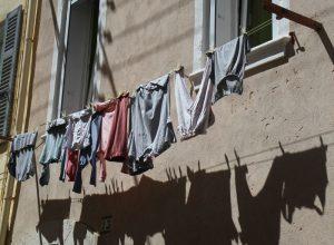 Linge à sécher dans le centre-ville de la Ciotat. Photo © Alex Medwedeff