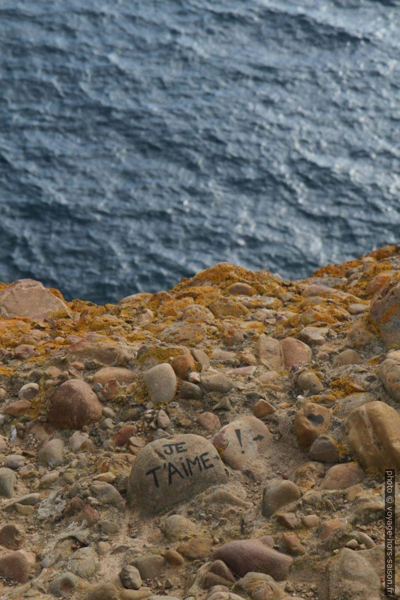 «Je t'aime !» écrit sur un galet dans la poudingue. Photo © Alex Medwedeff