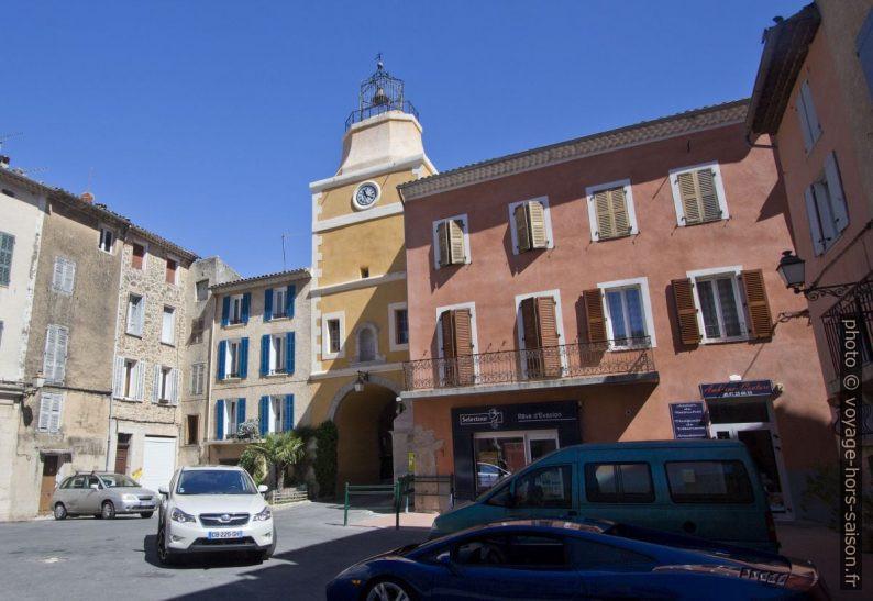 Place de la Mairie et Tour de l'Horloge. Photo © André M. Winter