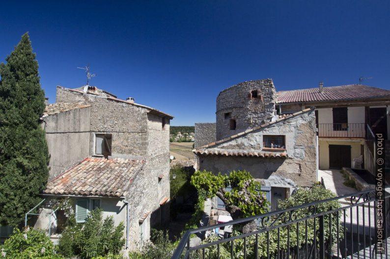 Maisons autour du château de Carcès. Photo © André M. Winter