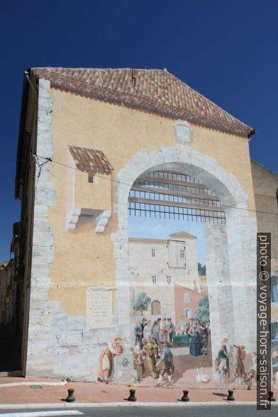 Façade peinte à l'entrée de Carcès. Photo © Alex Medwedeff