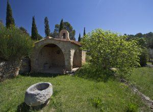 Chapelle du Défens de la Buissière et son porche provençal. Photo © André M. Winter