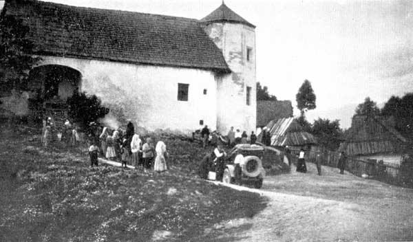 La décapotable devant le Château de Saint-Ivany en Hongrie (aujourd'hui en Slovaquie)