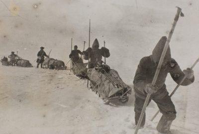 Nansen et ses co-équipiers tirent des traîneaux sur l'inlandsis