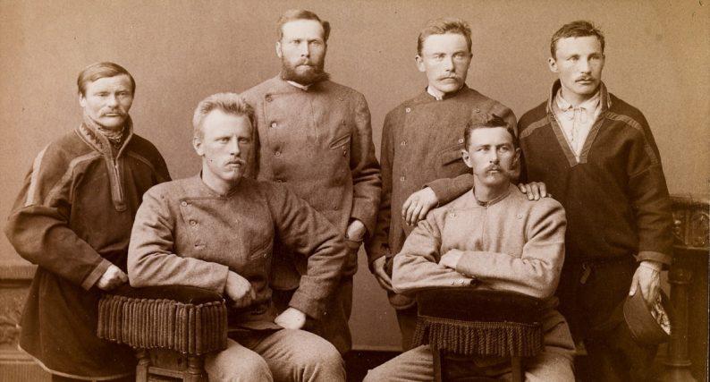 Equipe de la traversée du Groenland avec Fridjof Nansen, il est le deuxième de gauche