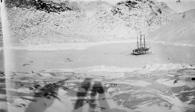 Le Fram pris dans les glaces dans son port d'hiver