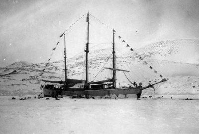 Le Fram décoré pour la fête nationale norvégienne dans son port d'hiver