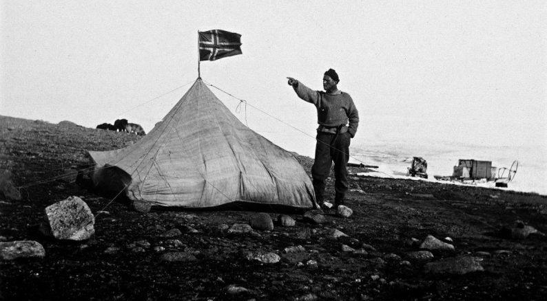 Per Schei près d'une tente lors d'une expédition en traîneau lors du premier printemps