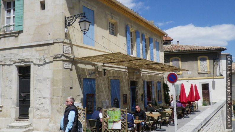 Terrasse de café sur l'ancienne place Saint-Michel de l'Escale. Photo © André M. Winter