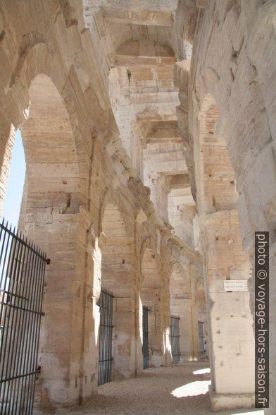 Dans la galerie circulaire inférieure de l'amphithéâtre romain d'Arles. Photo © André M. Winter