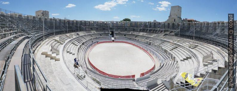 Panorama des gradins elliptiques de l'amphithéâtre romain d'Arles. Photo © André M. Winter