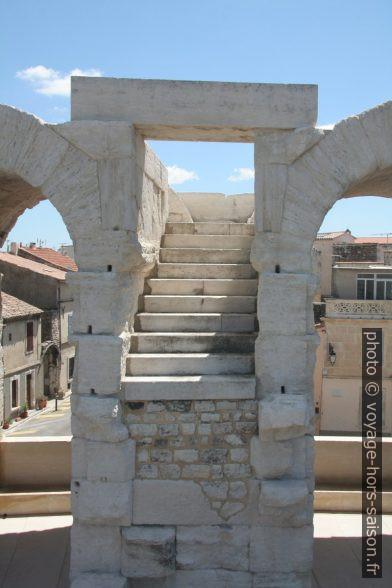 Escalier des Arènes d'Arles aboutissant dans le vide. Photo © Alex Medwedeff