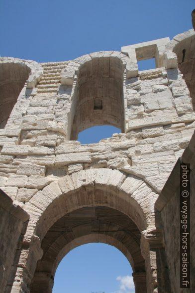 Travée oblique de l'amphithéâtre romain d'Arles. Photo © Alex Medwedeff