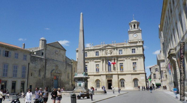 L'Obélisque et la Mairie d'Arles. Photo © André M. Winter