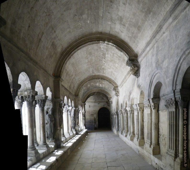 Sous la galerie nord romane du Cloître Saint-Trophime. Photo © André M. Winter