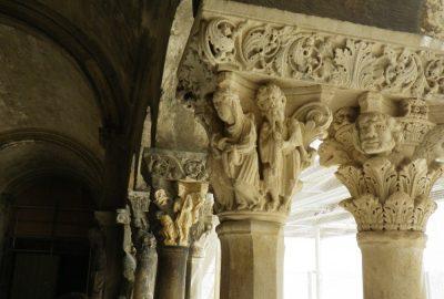 Chapiteaux de colonnes du Cloître Saint-Trophime. Photo © André M. Winter