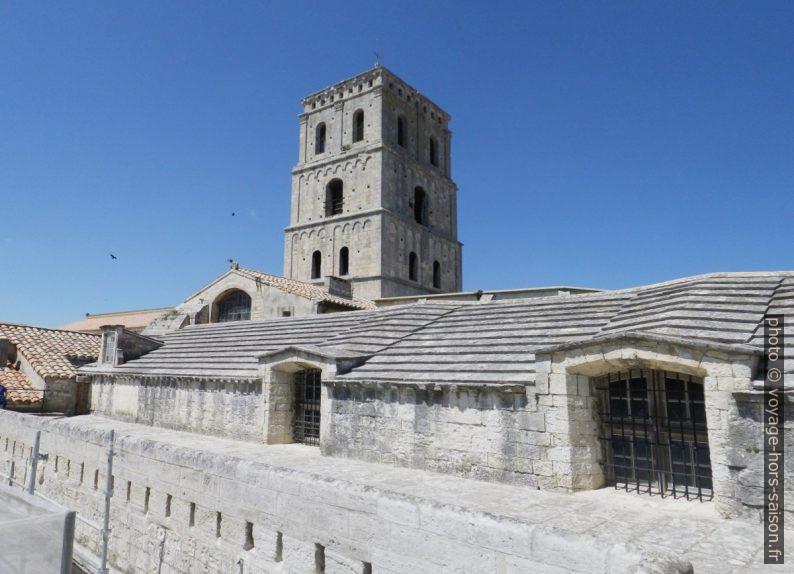 Clocher et toit du cloître de Saint-Trophime. Photo © André M. Winter