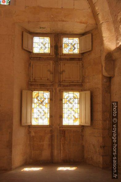 Fenêtres avec vitraux du dortoir à l'est du Cloître Saint-Trophime. Photo © Alex Medwedeff