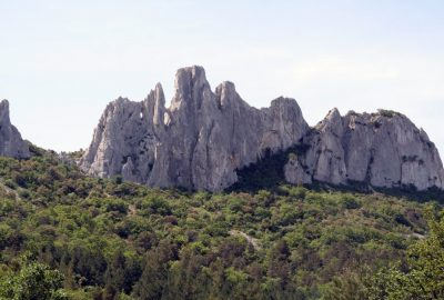 Arcs naturels au Rocher du Turc dans les Dentelles Sarrasines. Photo © André M. Winter