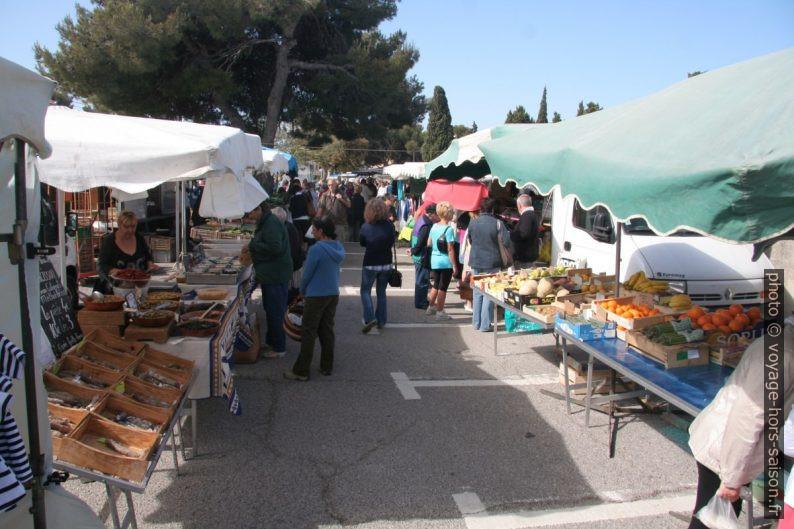 Étals sur le marché de la Couronne. Photo © André M. Winter