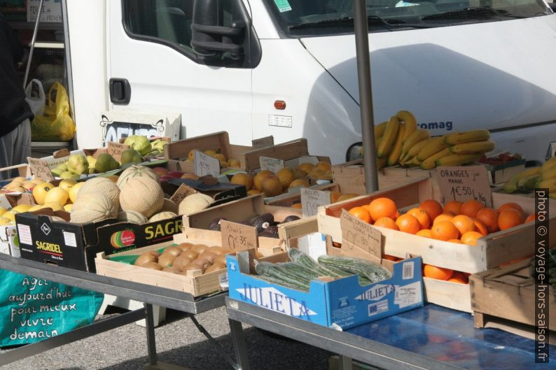 Poires, melons, kiwis, avocats, oranges, bananes et concombres sur le marché de la Couronne. Photo © André M. Winter