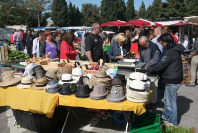 Stand du chapelier sur le marché de la Couronne. Photo © André M. Winter