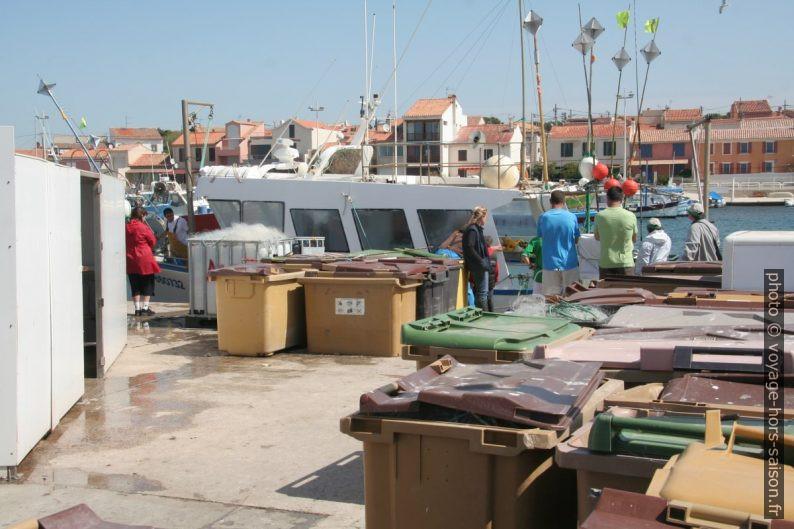 Vente de poissons directement du bateau au Port de Carro. Photo © André M. Winter