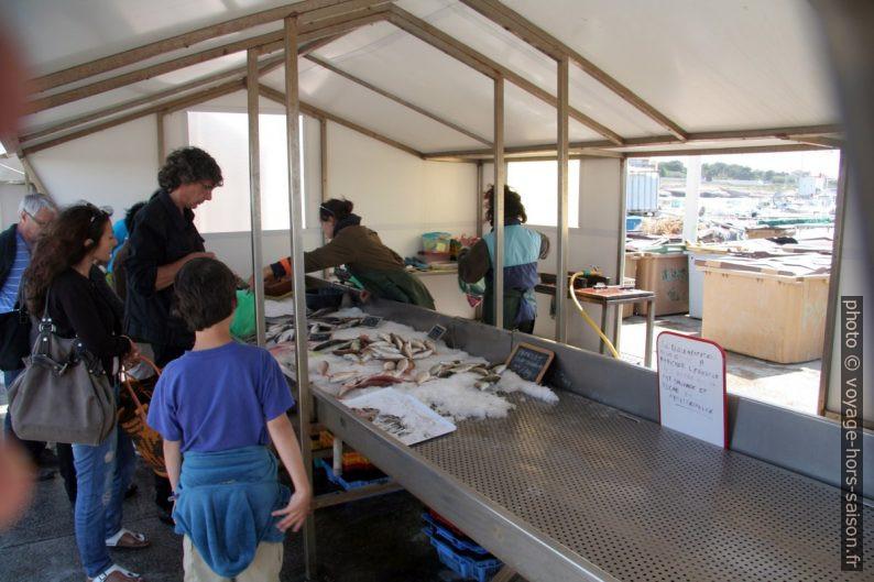 Stand au marché de poissons au Port de Carro. Photo © André M. Winter